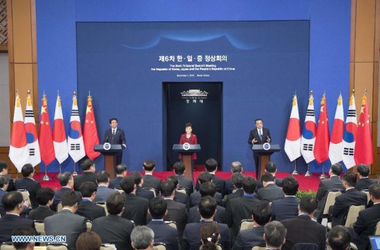 Chinese Premier Li Keqiang (R), Japanese Prime Minister Shinzo Abe (L) and South Korean President Park Geun-hye attend a press conference after the sixth China-Japan-South Korea leaders' meeting in the South Korean capital of Seoul, Nov. 1, 2015. (Xinhua/Wang Ye)