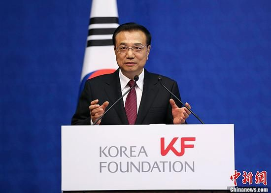 Chinese Premier Li Keqiang speaks at the first China-South Korea Young Leaders' Forum in the South Korean capital of Seoul, Nov. 2, 2015. (Photo: Xinhua/Liu Weibing)