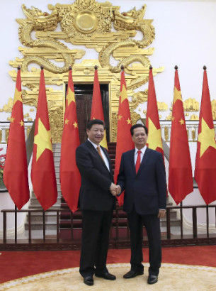 Chinese President Xi Jinping (L), who is also general secretary of the Communist Party of China (CPC) Central Committee, shakes hands with Vietnamese Prime Minister Nguyen Tan Dung in Hanoi, Vietnam, Nov. 5, 2015.(Xinhua/Lan Hongguang)