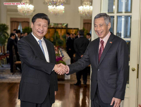 Chinese President Xi Jinping (L) meets with Singaporean Prime Minister Lee Hsien Loong in Singapore, Nov. 7, 2015. (Xinhua/Li Xueren)