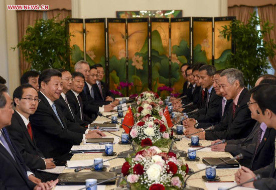Chinese President Xi Jinping (3rd L) meets with Singaporean Prime Minister Lee Hsien Loong (3rd R) in Singapore, Nov. 7, 2015. (Xinhua/Li Xueren)