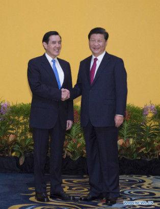 Xi Jinping (R) shakes hands with Ma Ying-jeou during their meeting at the Shangri-La Hotel in Singapore, Nov. 7, 2015. (Xinhua/Li Xueren)