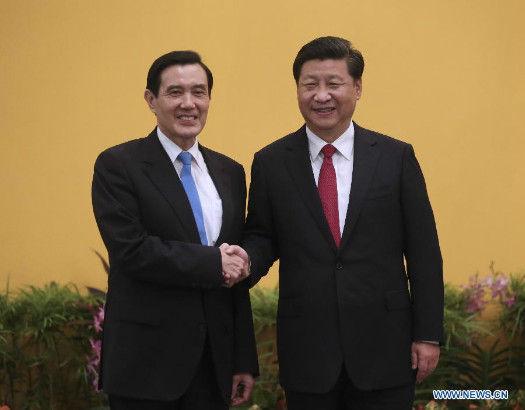 Xi Jinping (R) shakes hands with Ma Ying-jeou during their meeting at the Shangri-La Hotel in Singapore, Nov. 7, 2015. (Xinhua/Lan Hongguang)