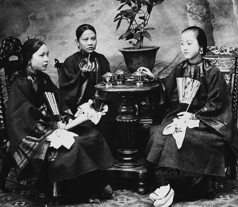 Traditional clothing for women of the majority Han nationality included an upper wear and a skirt. The blouse often had a very low brimmed collar and two wide sleeves, while the skirt was made long and wide, too. This photo was taken in Hong Kong around 1880.