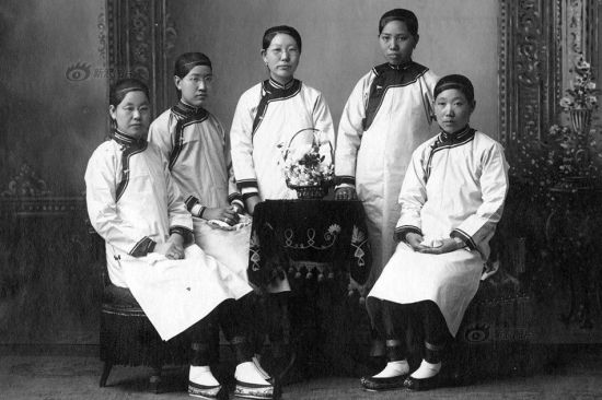 Female students were also self-conscious in terms of vogue. This photo shows female students graduated from the Beijing Huiwen School (now the No.26 Middle School of Beijing) in 1907. They were still dressed in the Manchu Qizhuang inherited from the Qing Dynasty, but the design was much simpler. Haircuts of female students were also unique.