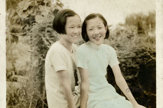 Changes of Qipao included its collar (from high to low) and length (from long to short and to long again). The slit went higher and higher although the hem of the gown almost reached the ground in 1935. This photo shows two girls with short hair were traveling in the suburbs.