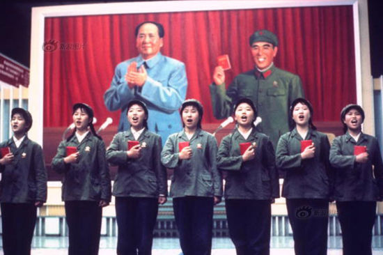 As the Cultural Revolution unveiled in the 1960s, military uniform became the universal fashion for all women in China. Green suits and hats with bright red armbands and a denim satchel, also green, but containing a red-covered copy of Mao Quotations, make a standard gear of a youngster of the time. Qipao, at this moment, was deemed a symbol of feudalism, capitalism and revisionism. It was fiercely criticized and was destroyed immediately if seen. This photo shows the Red Guards in China in 1971. Photo/Frank Fischbeck