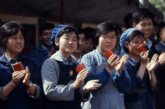 It seemed that the Chinese fashion was composed of only three colors, blue, grey and green during the late 1960s and early 1970s. This photo shows female workers in Beijing wearing blue cargo suits and holding copies of Mao Quotations in 1971. One of the women was wearing a Chairman Mao Badge on her cargo pants. Photo/Vittoriano Rastelli