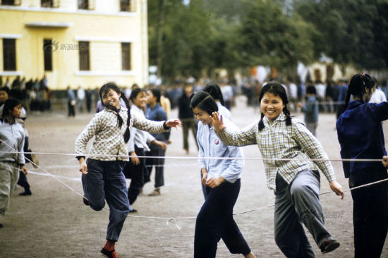 In fact, checkered shirts could also be seen in China during the 1970s, the rare bright colors in the world of blue, grey and green. This photo shows several girls jumping ropes in Guangzhou in 1972. Photo/William Joseph
