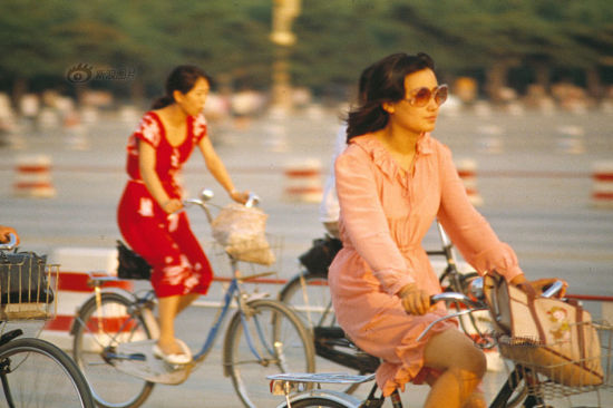French fashion brand Pierre Cardin was introduced in China in 1979. In the 1980's, as the Reform and Opening-up was carried out in the country, fashion trends changed again. The photo shows women riding bicycles in Beijing in the summer of 1985. Photo/ Li Xiaobin