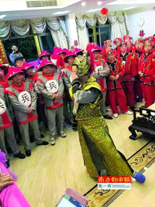 The groom was dressed in a Qin-style costume, while his friends and relatives were wearing the uniform of soldiers at Qing Dynasty.