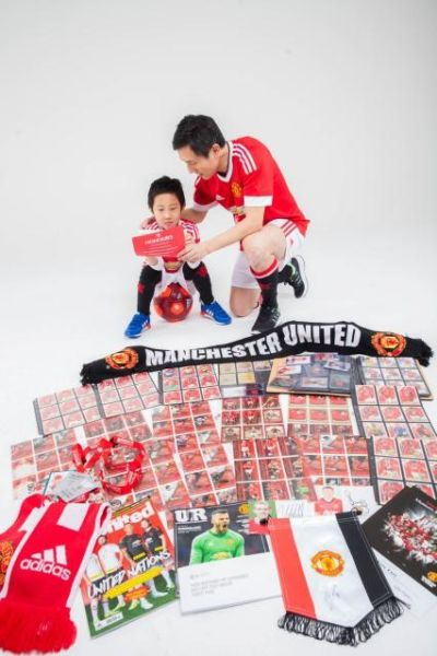 (A father shares with his son his passion for Manchester United)