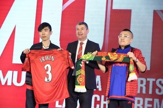 (Denis Irwin poses with Chinese fans)