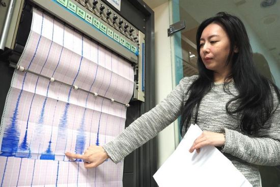 TWN01. Taipei City (Taiwan), 06/02/2016.- Tsai Min-chien, a member of the Seismological Observation Center, points to a graph after three earthquakes measuring 6.4, 4.3 and 4.5 respectively hit southern Taiwan, early 06 February 2016. The first quake, magnitude 6.4, hit Kaohsiung City at 03:57 (19:57 GMT Friday) on Saturday, followed by a 4.3 and a 4.5 quake centered in the nearby Tainan City. There were no immediate reports of major damage or casualties. (Terremoto/sismo) EFE/EPA/DAVID CHANG