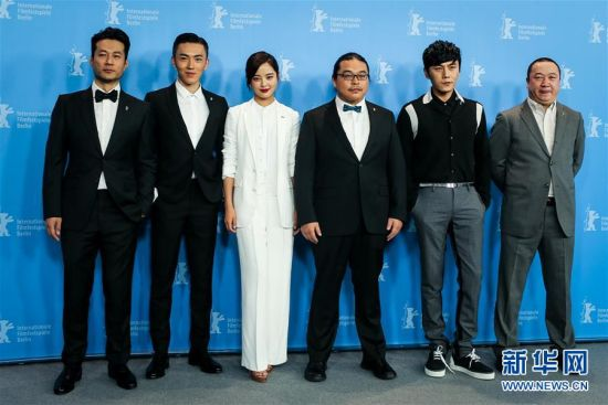 The cast of Changjiangtu pose for a group photo