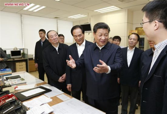 BEIJING, Feb. 19, 2016 (Xinhua) -- Chinese President Xi Jinping (2nd R, front) talks with a correspondent who is just back from a reporting in Zhengding County of Hebei Province, at the headquarters of Xinhua News Agency in Beijing, capital of China, on Feb. 19, 2016. Xi on Friday visited the People's Daily, Xinhua News Agency and China Central Television, the nation's three leading news providers. (Xinhua/Ju Peng)