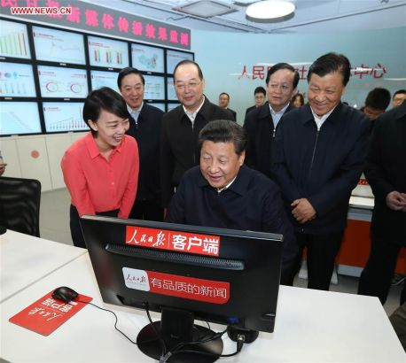 BEIJING, Feb. 19, 2016 (Xinhua) -- Chinese President Xi Jinping (front) uses a new media broadcasting system to extend Lantern Festival greetings to the public at the headquarters of the People's Daily in Beijing, capital of China, on Feb. 19, 2016. Xi on Friday visited the People's Daily, Xinhua News Agency and China Central Television, the nation's three leading news providers. (Xinhua/Pang Xinglei)