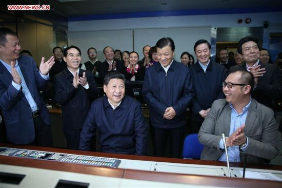 BEIJING, Feb. 19, 2016 (Xinhua) -- Chinese President Xi Jinping is shown the studio where China Central Television (CCTV) Evening News Bulletin, or