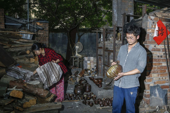The cost of burning a batch of pottery works is over 10,000 yuan ($1,587). At first I didn't have any customer. And as a craftsman, I knew nothing about selling my works. To solve this problem, my girlfriend asked to help me with marketing. With her efforts, now I not only have stable sales of potter but opened my own brand store, which earns about 20,000 ($3,174) yuan a month.