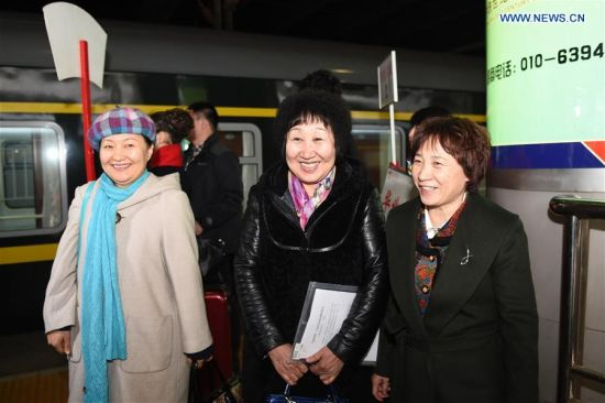BEIJING, March 1, 2016 (Xinhua) -- Members of the 12th National Committee of the Chinese People's Political Consultative Conference (CPPCC) from north China's Inner Mongolia Autonomous Region arrive at Beijing West Railway Station, in Beijing, capital of China, March 1, 2016, for the Fourth Session of the 12th CPPCC National Committee. (Xinhua/Zhang Ling)