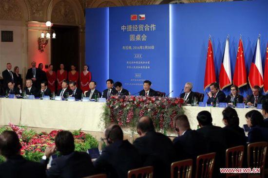 PRAGUE, March 30, 2016 (Xinhua) -- Chinese President Xi Jinping and his Czech counterpart Milos Zeman attend the China-Czech Economic Roundtable in Prague, the Czech Republic, March 30, 2016. (Xinhua/Ju Peng)