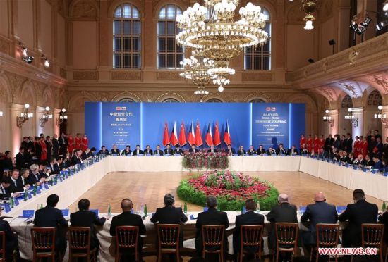PRAGUE, March 30, 2016 (Xinhua) -- Chinese President Xi Jinping and his Czech counterpart Milos Zeman attend the China-Czech Economic Roundtable in Prague, the Czech Republic, March 30, 2016. (Xinhua/Pang Xinglei)