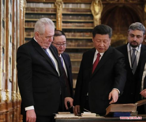 PRAGUE, March 30, 2016 (Xinhua) -- Chinese President Xi Jinping (R, front) and his Czech counterpart Milos Zeman (L, front) visit the Strahov Library in Prague, the Czech Republic, March 30, 2016. (Xinhua/Lan Hongguang)