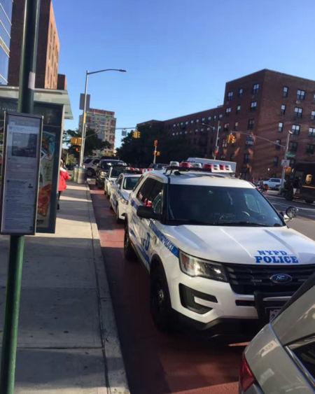 连NYPD都出动了! (这么多NYPD警车,小编只在美剧里见过) 如此激动的人群