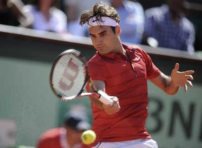 Federer serves notice, advances at French Open