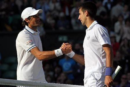 Djokovic through first round at Wimbledon