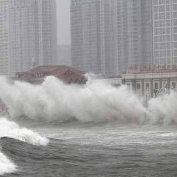 Storm brought by Typhoon Muifa lashes Yantai