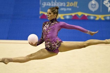 Cynthia Valdez wins gold in rhythmic gymnastics