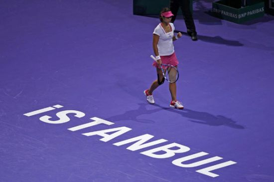 Sharapova slumps to Li Na defeat at WTA final