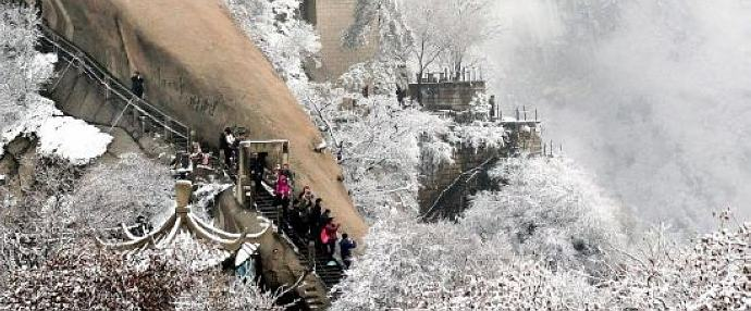 Snow hits Mt. Huashan, bringing charming sceneries