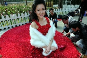 Man makes rose dress to propose in Guangzhou