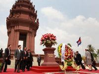 Hu attends wreath-laying ceremonyat Independence Monument