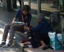 American shares fries with an old Chinese beggar