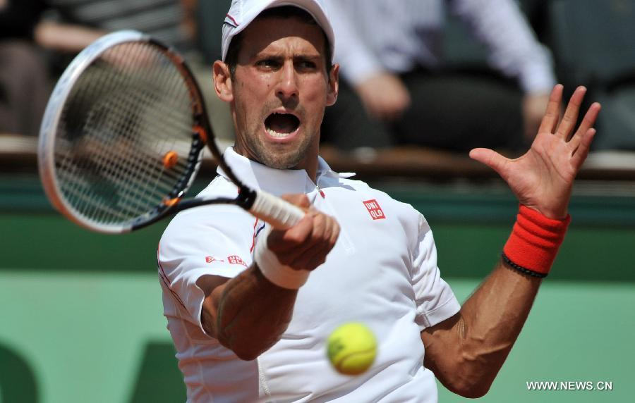 Djokovic crashes Starace to advance at French Open
