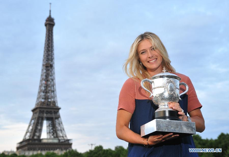 Sharapova showcases trophy near the Eiffel Tower