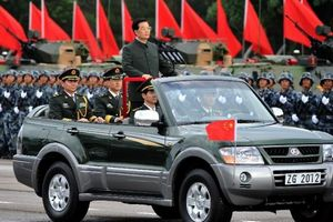 President Hu reviews PLA garrison in Hong Kong