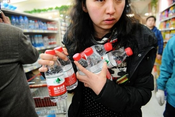 Fear of tainted water spurs rush for bottles