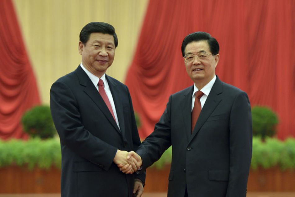 President Hu Jintao shakes hands with newly-elected General Secretary  Xi Jinping