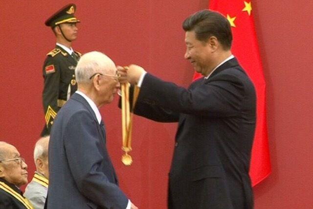 President Xi presents commemorative medals to war veterans